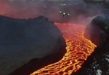 Grabación de un volcán en erupción por un Dron