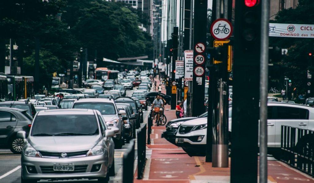 ¿Habrá una manera de poder reducir ese tiempo que se desperdicia entre cada semáforo?